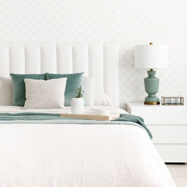 Dormitorio diseñado en blanco con pequeños elementos de color agua marina, decoracion mediterranea