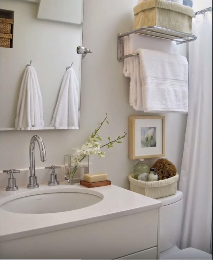 Reformas de baños pequeños con estilo atemporal en tonos blancos