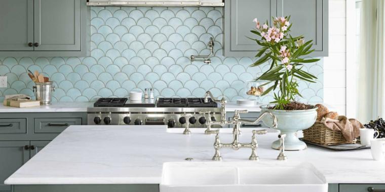 Azulejos geometricos con forma de escama de pez o sirena, una de las ultimas tendencias en decoracion 2019