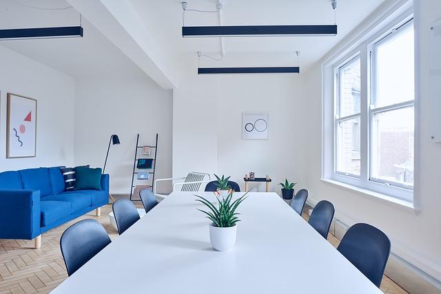 Reformas de oficinas con estilo mediterraneo, predominio del color blanco y azul en un espacio con mucha luz