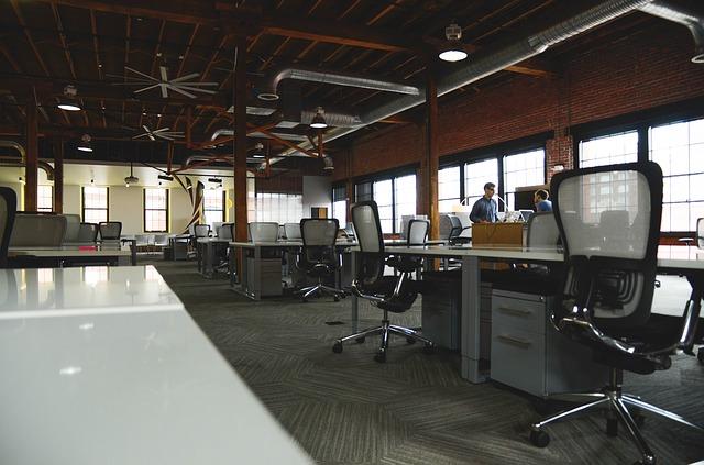 Reformas de oficinas con estilo industrial, paredes de ladrillo e influencia del hierro como material principal