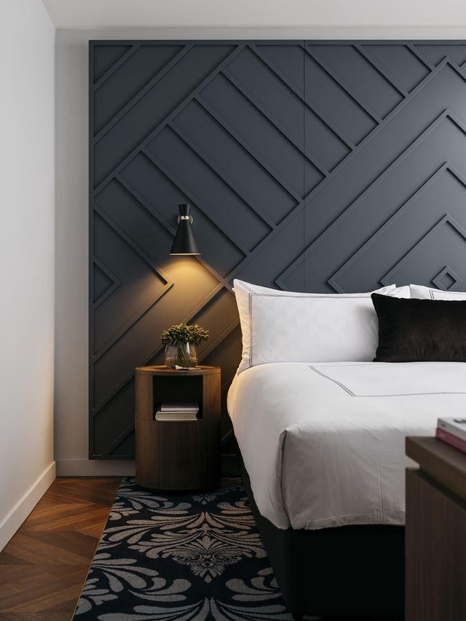 Cabecero fabricado con listones de madera para un dormitorio muy chic