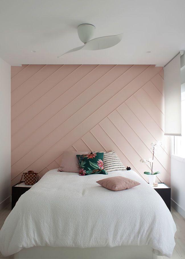 Ejemplo de paredes con molduras en un dormitorio juvenil con tonos rosas y blanco