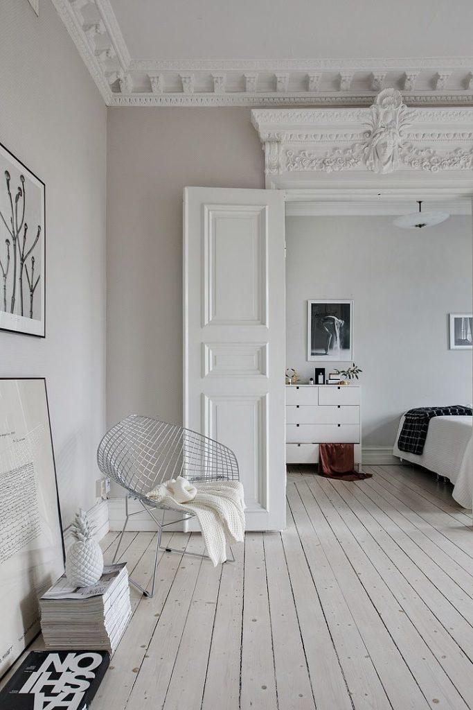 Ejemplo de cómo reformar puertas con listones de madera para dar un estilo clasico muy original