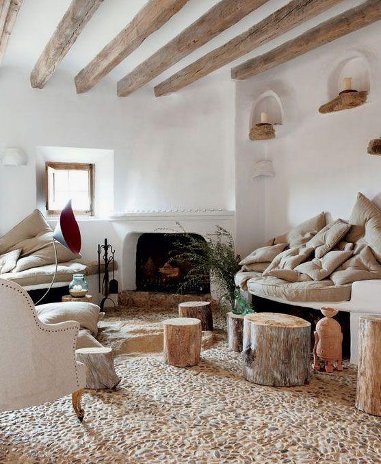 Salon rustico con techo con vigas de madera